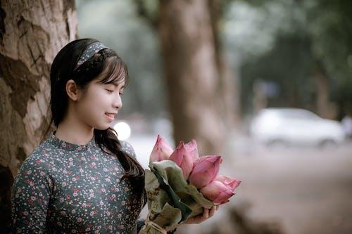 Kostnadsfri bild av asiatisk kvinna, asiatisk tjej, blombukett, blommor