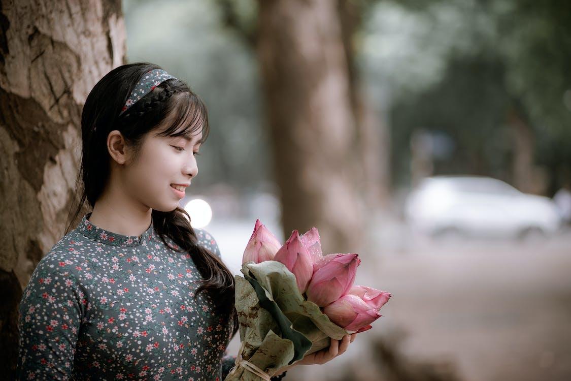 asiatisk jente, asiatisk kvinne, blomster