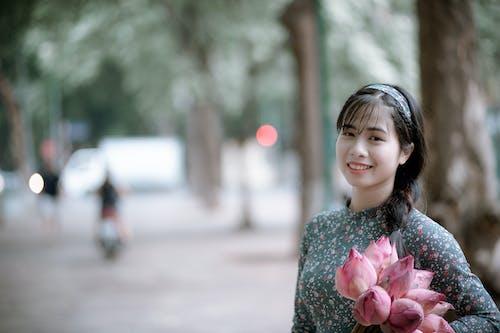 Gratis arkivbilde med ansiktsuttrykk, asiatisk jente, asiatisk kvinne, blomster
