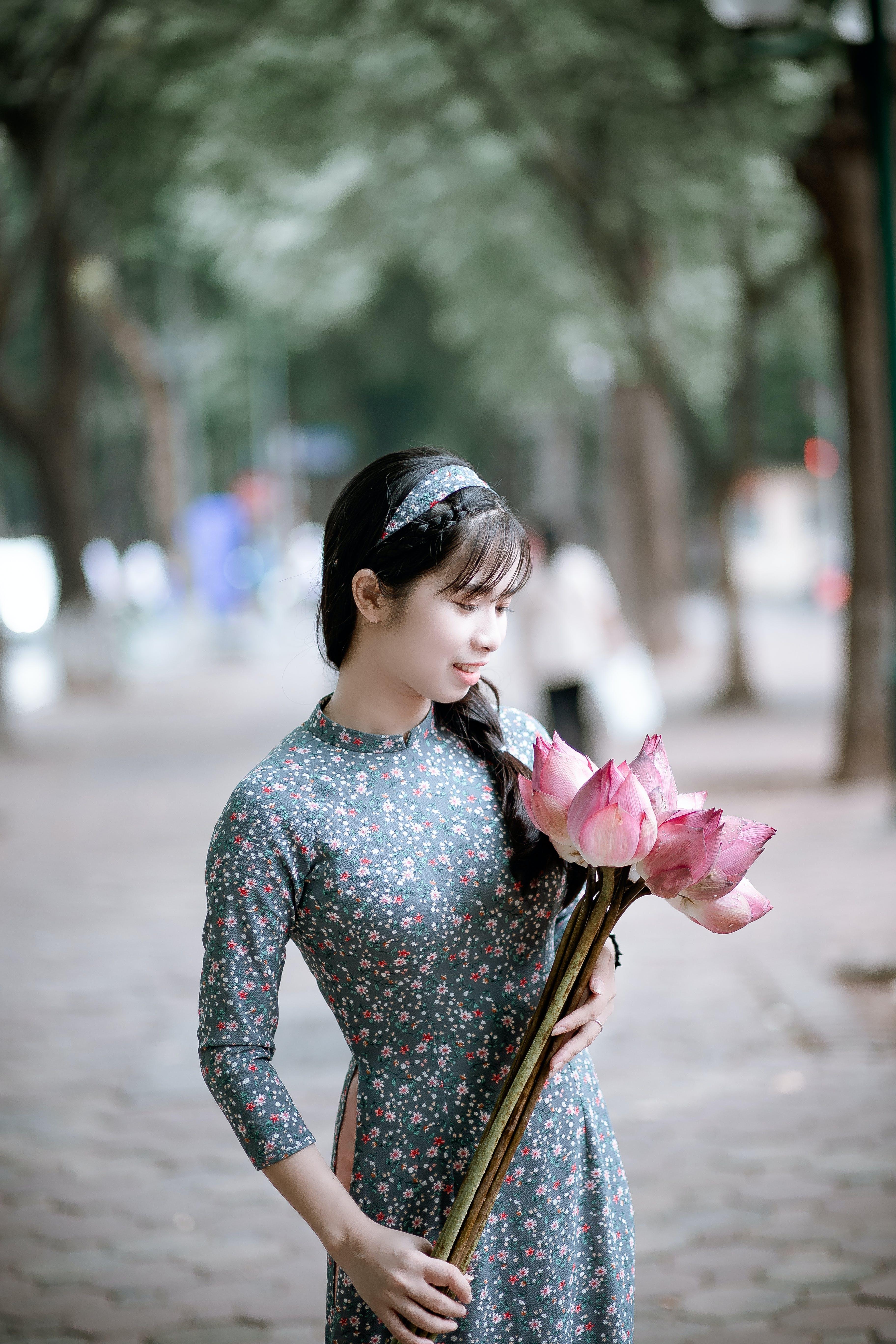 Foto stok gratis bagus, belum tua, bunga-bunga, cewek