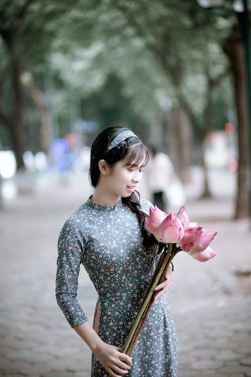 Kostenloses Stock Foto zu asiatin, asiatische frau, blumen, fashion