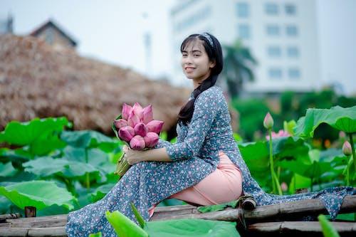 Gratis arkivbilde med asiatisk jente, asiatisk kvinne, blomster, blomsterknopper