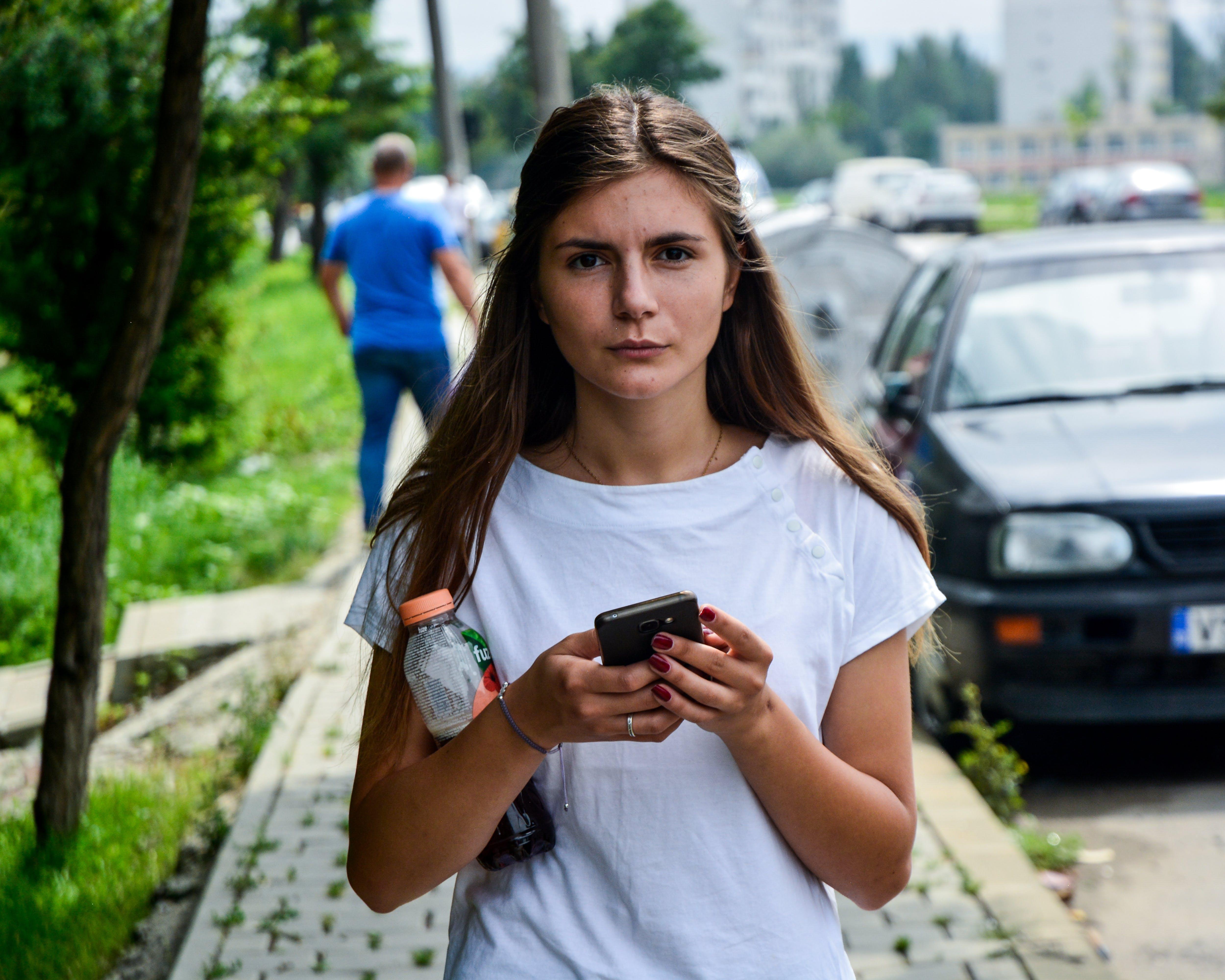 Gratis lagerfoto af kvinde, person, Pige, smartphone