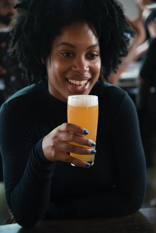 Kostenloses Stock Foto zu bier, frau, getränk, glas