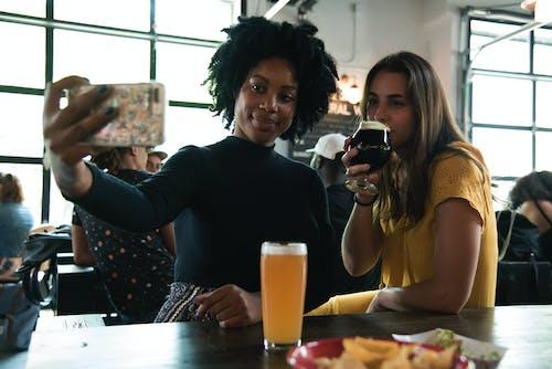 Kostnadsfri bild av drycker, kvinnor, människor, njutning