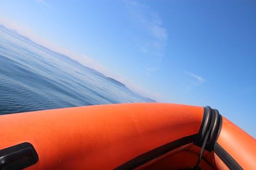 Kostenloses Stock Foto zu blauer himmel, blaues wasser, boot, griff
