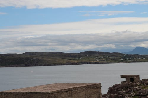 Ilmainen kuvapankkikuva tunnisteilla bunkkerit, meri, pilvet, sininen taivas