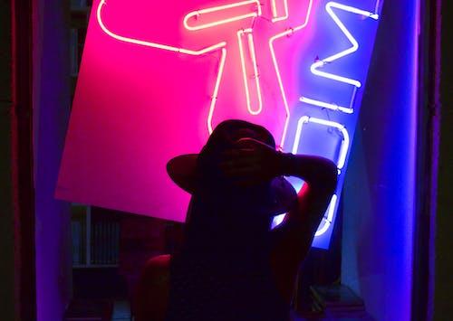 Darmowe zdjęcie z galerii z fioletowy, fotografia nocna, kapelusz, kolor
