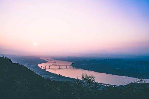 Безкоштовне стокове фото на тему «вода, гора, Денне світло, дерева»