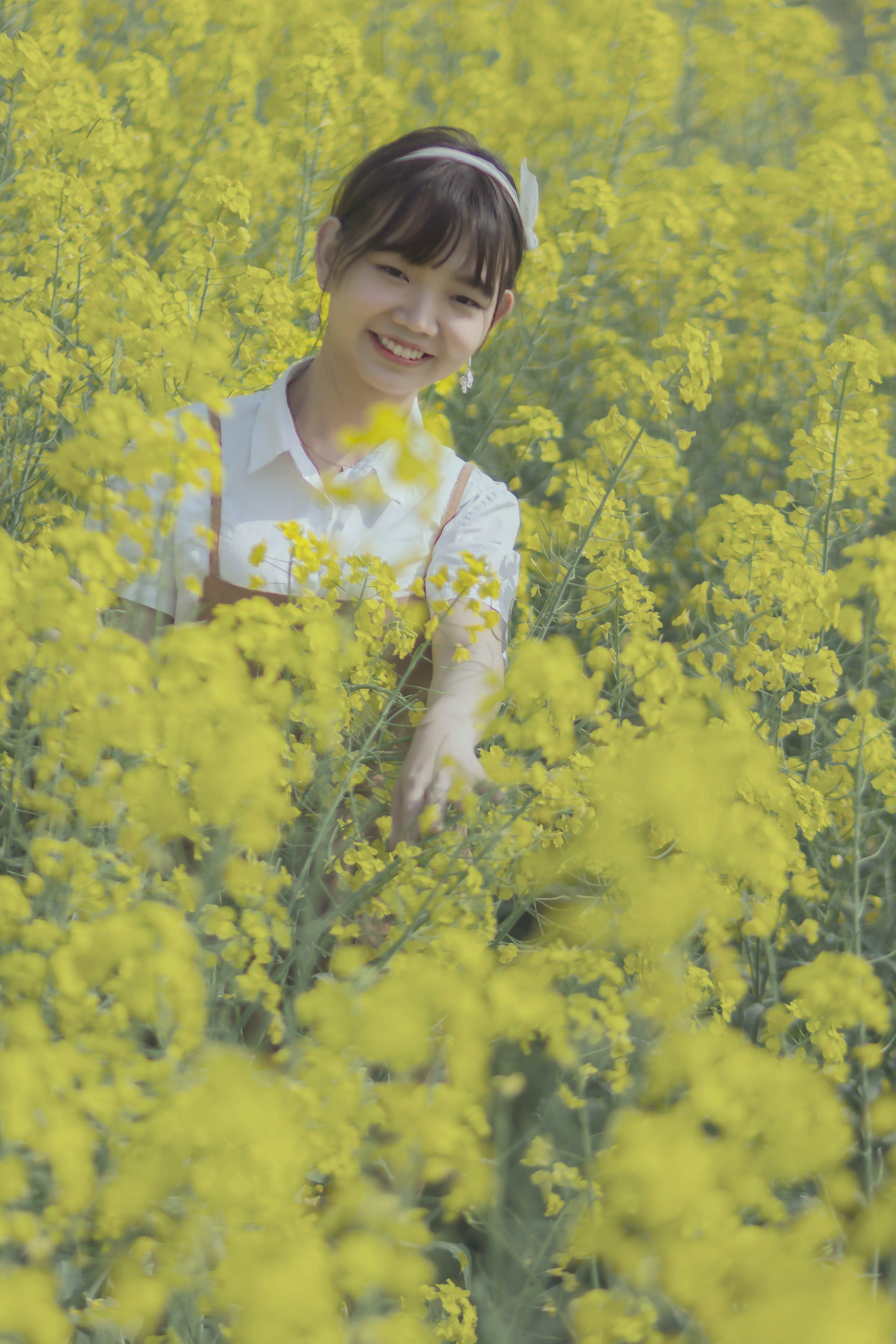 Darmowe zdjęcie z galerii z chińska dziewczyna, kobiety, koszula w kratę, kwiat rzepaku