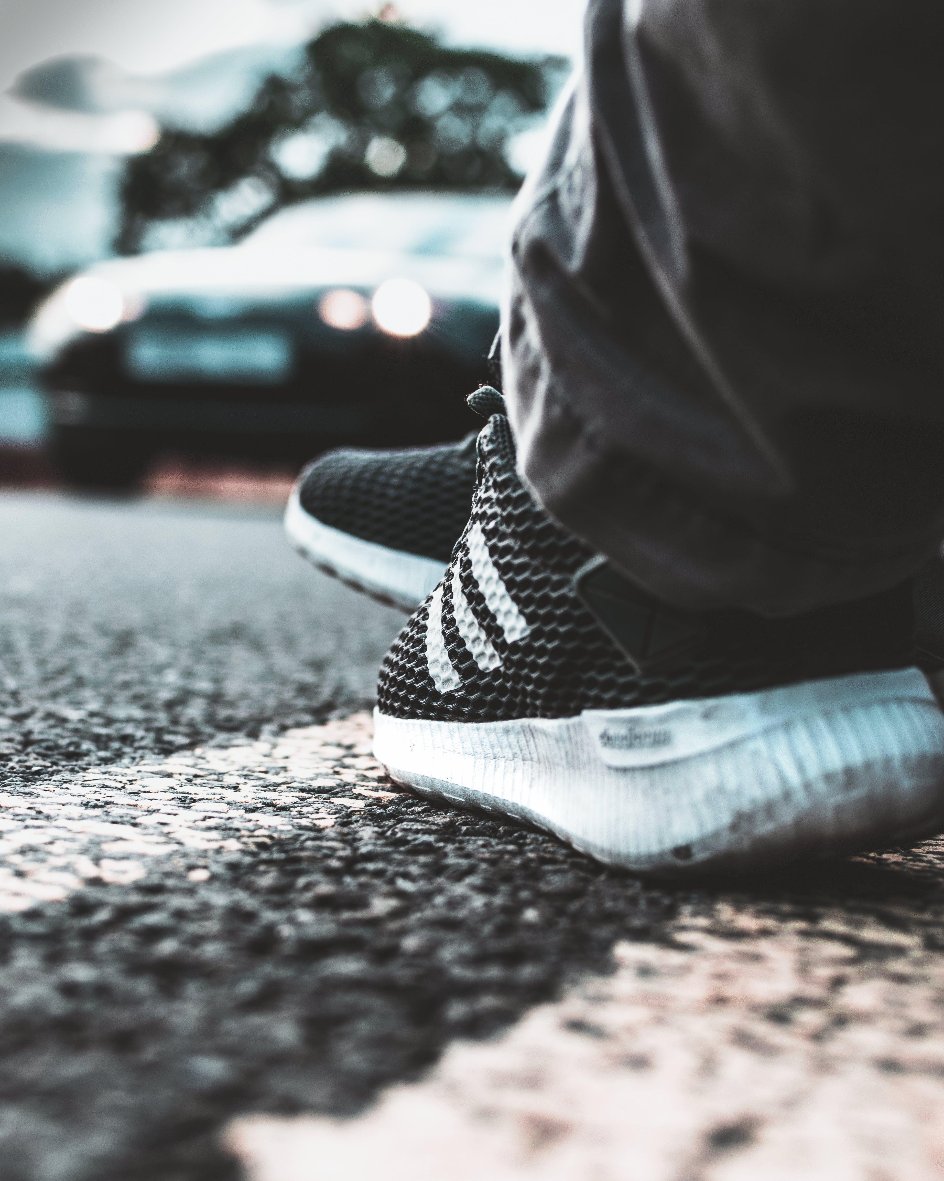 Fotos de stock gratuitas de borde del camino, calzado, carretera, coche