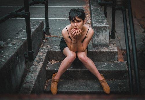 Бесплатное стоковое фото с девочка, женщина, лестница, модель