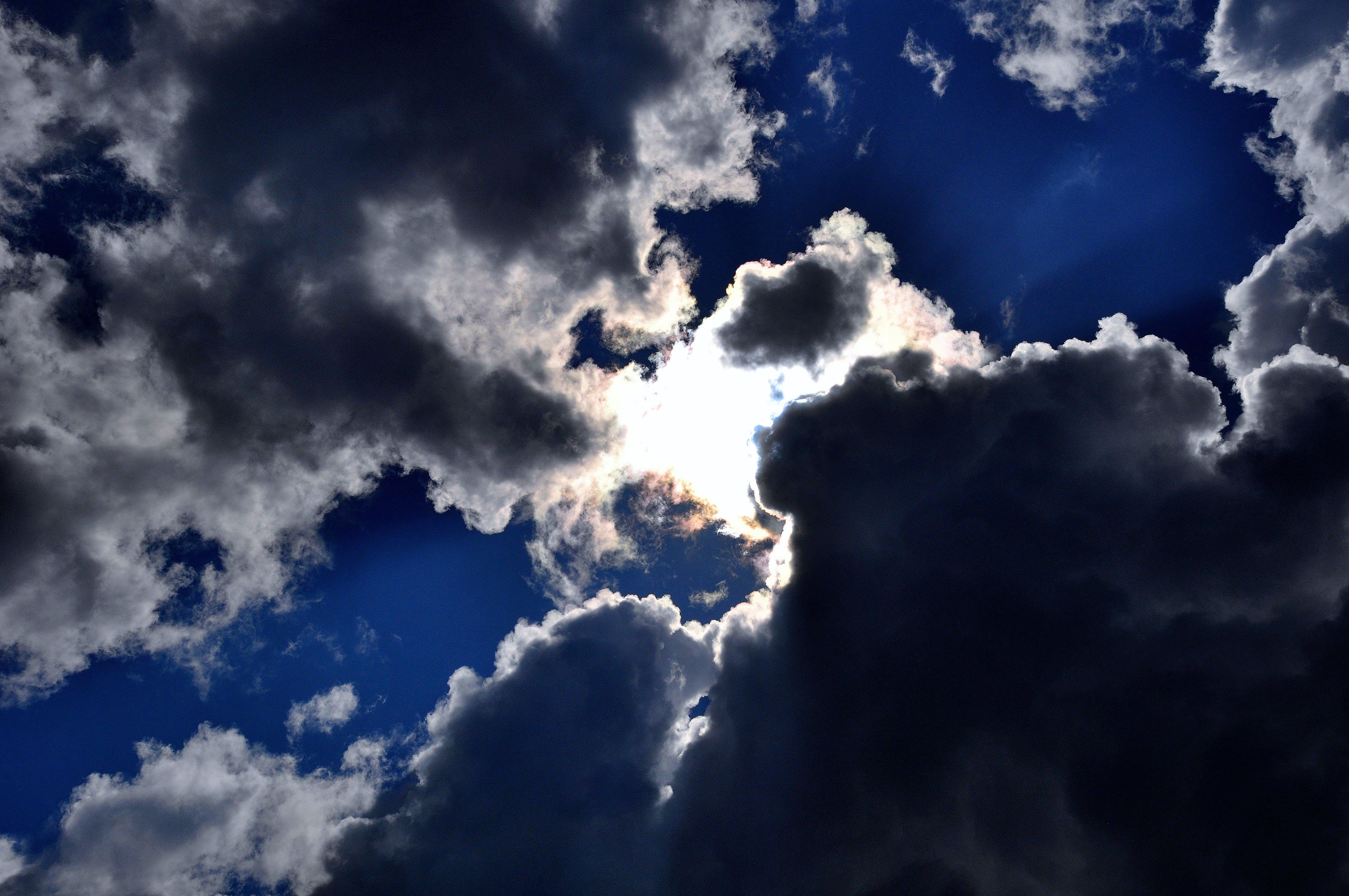 Cel fosc, núvol, sol