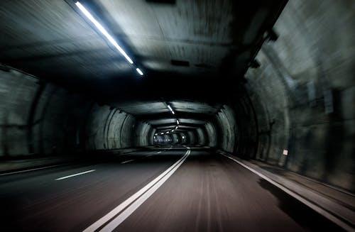 灰色のコンクリート道路