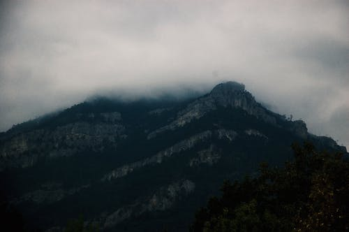 Montagne Couverte De Nuages