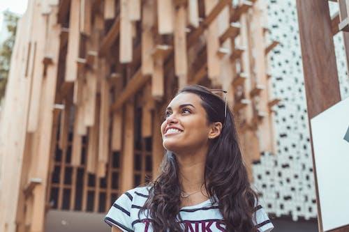 Frau, Die Weißes Und Schwarz Gestreiftes T Shirt Lächelt, Das Für Foto Aufwirft