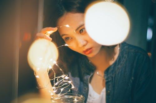 Kostenloses Stock Foto zu beleuchtet, frau, licht, lichterketten