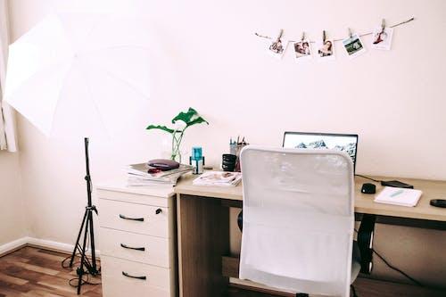 dizüstü bilgisayar, iskemle, kapalı mekan, masa içeren Ücretsiz stok fotoğraf