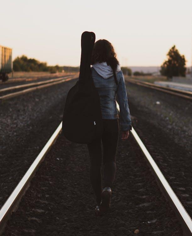 atrás, barandilla, caminando