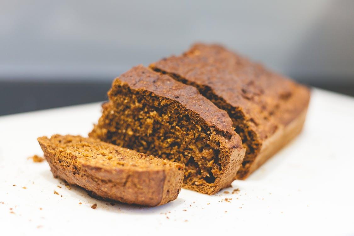 brownie'ler, bulanık arka plan, dilimler
