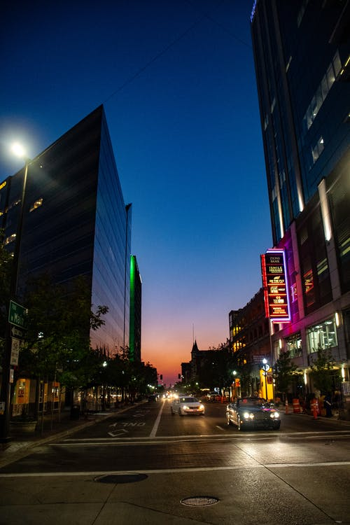 akşam, arabalar, araçlar, binalar içeren Ücretsiz stok fotoğraf