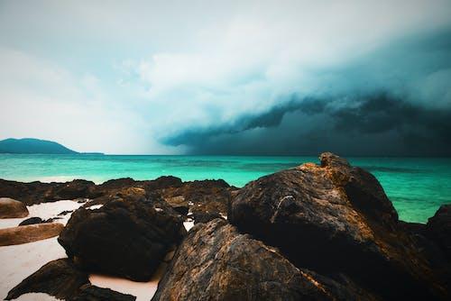 deniz, fırtına, Kaya içeren Ücretsiz stok fotoğraf