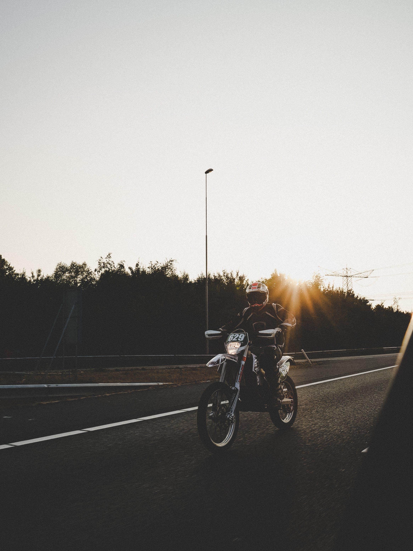 Foto profissional grátis de estrada, homem, moto, pessoa