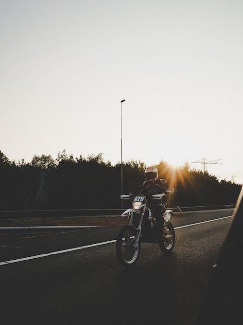 Gratis stockfoto met iemand, kerel, motor, straat