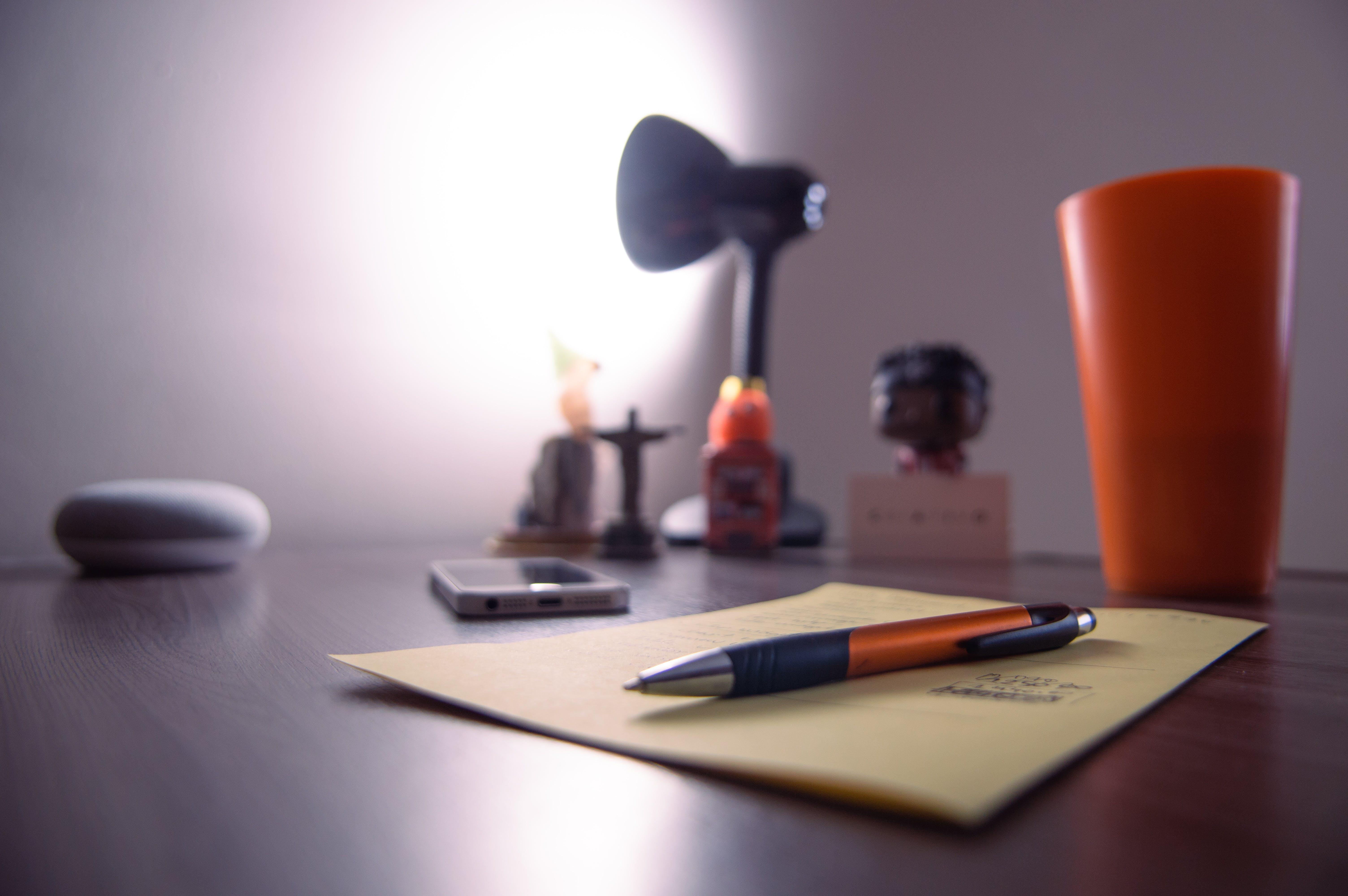 chytrý telefon, dřevěný stůl, iphone