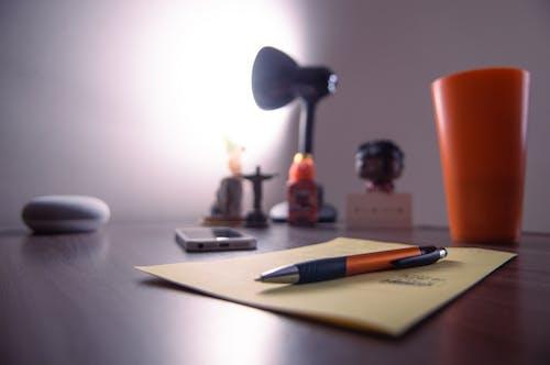 Бесплатное стоковое фото с iphone, деревянный стол, комната, лампа