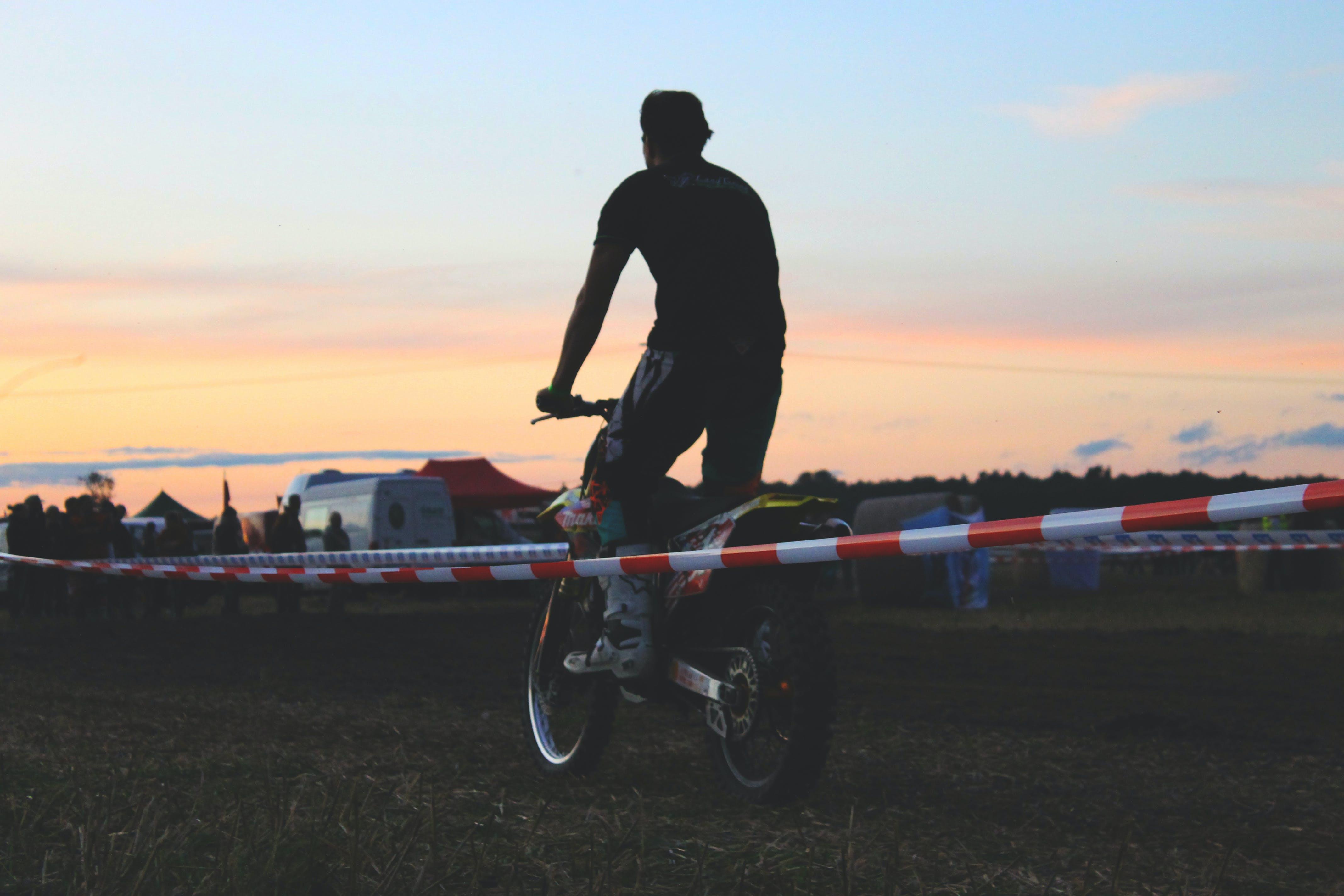 Kostenloses Stock Foto zu abend, abendhimmel, absperrband, bike-rennen