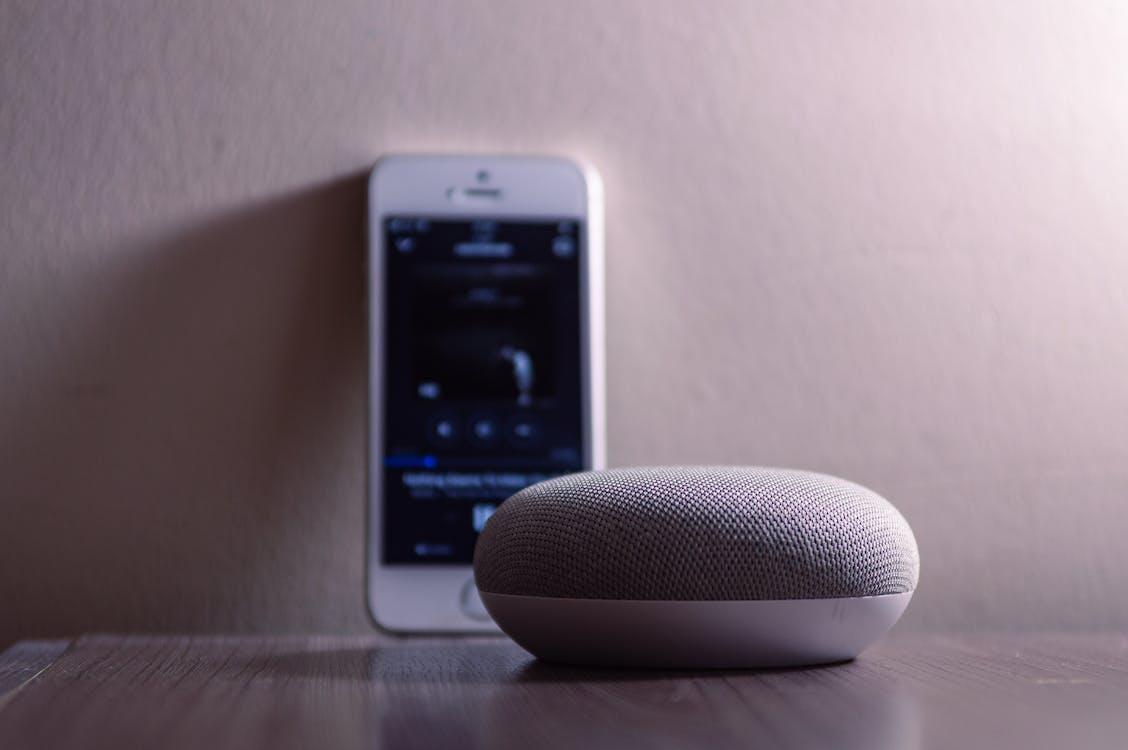 Google Home Mini Gris Al Lado Del Iphone 5s Plateado