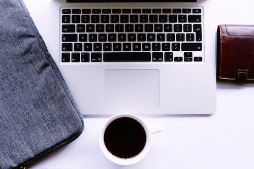 Gratis lagerfoto af arbejdsområde, bærbar computer, hvid, kaffekop