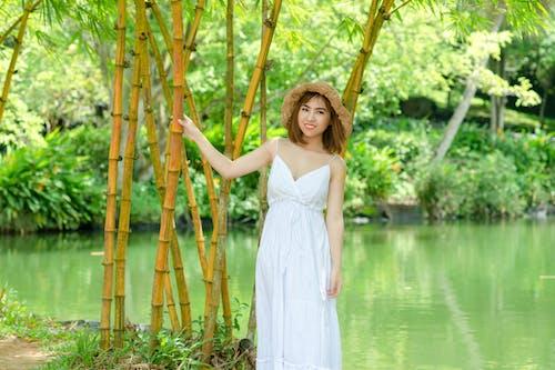 Darmowe zdjęcie z galerii z azjatka, biała sukienka, kobieta, model