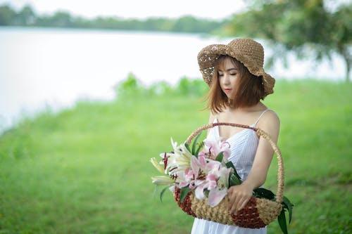 Kostenloses Stock Foto zu asiatin, asiatische frau, blumen, fotoshooting