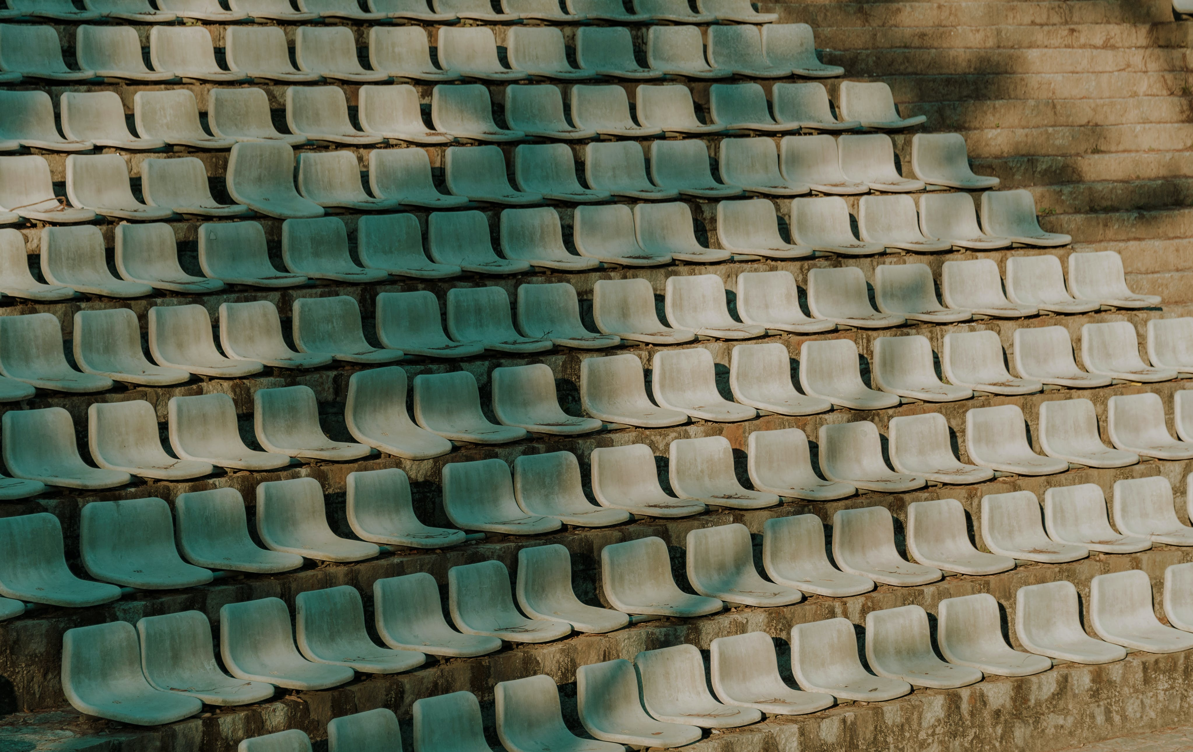 Foto profissional grátis de assentos, cadeiras, esvaziar, fileira