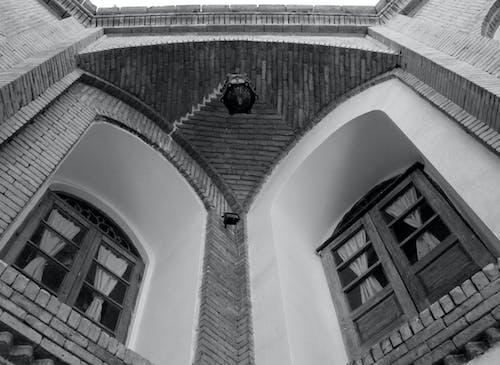 Základová fotografie zdarma na téma černobílá, staré okno, starý dům