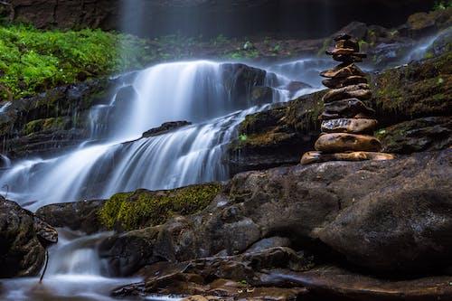 在瀑布上平衡石头
