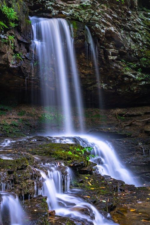 灰色岩石上的瀑布
