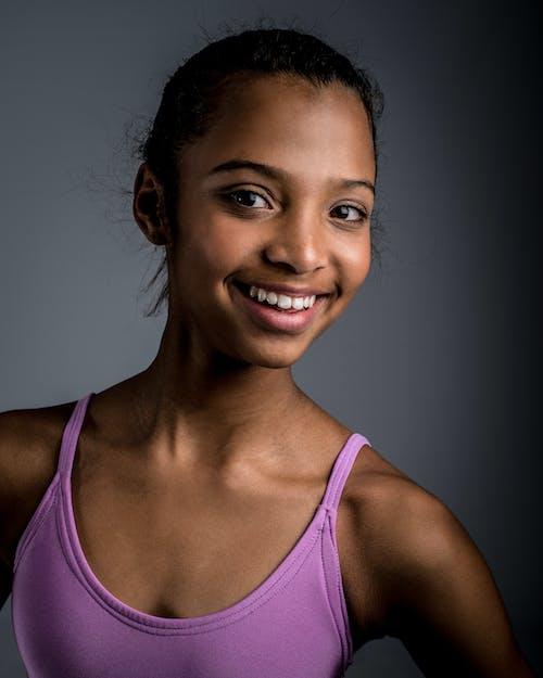 Gratis stockfoto met aantrekkelijk mooi, gekleurd meisje, glimlach, glimlachen