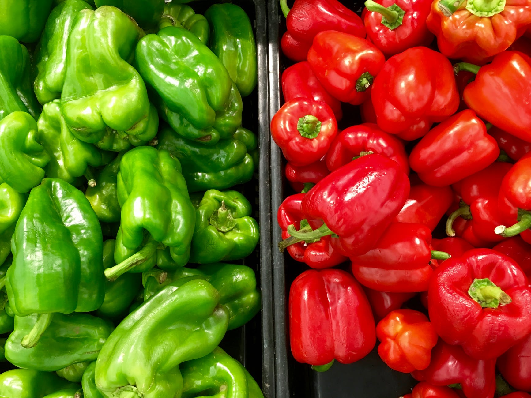 Red and green bell peppers | Photo: Pexels