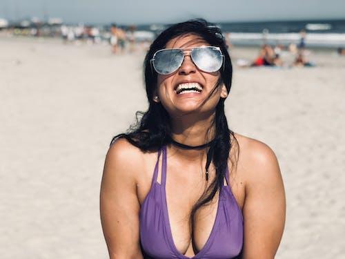 Ilmainen kuvapankkikuva tunnisteilla aurinkolasit, henkilö, hiekkaranta, hymy