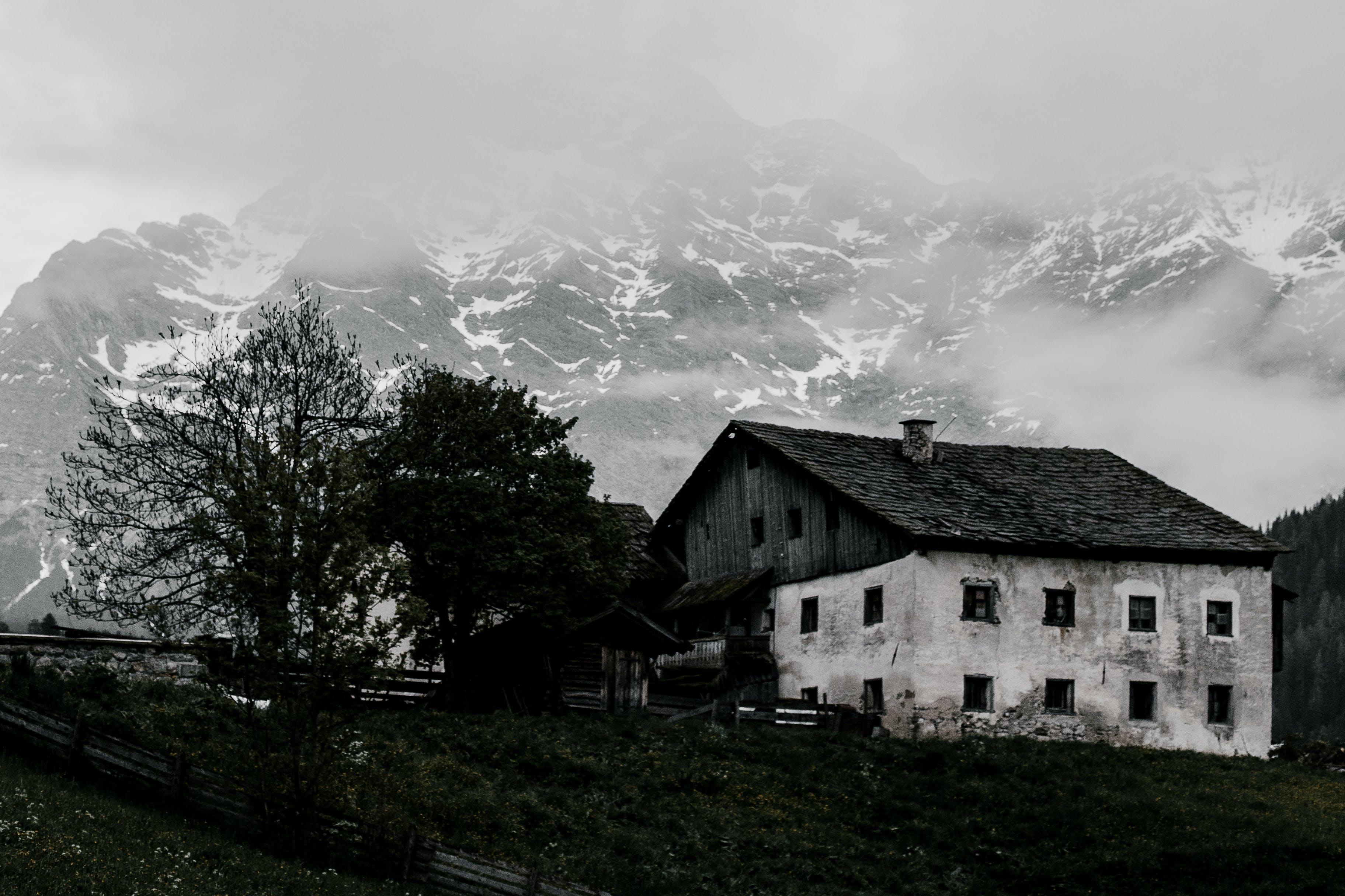 Kostenloses Stock Foto zu bauernhaus, berg, landschaft, nebel