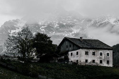 Δωρεάν στοκ φωτογραφιών με αγροικία, ασπρόμαυρο, βουνό, εγκαταλειμμένος