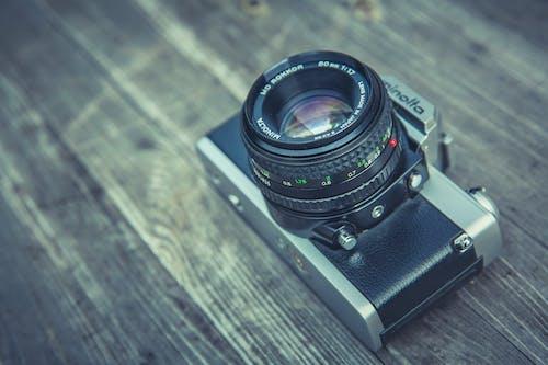 Fotobanka sbezplatnými fotkami na tému analógový fotoaparát. analógová kamera, drevený stôl, fotoaparát, Minolta