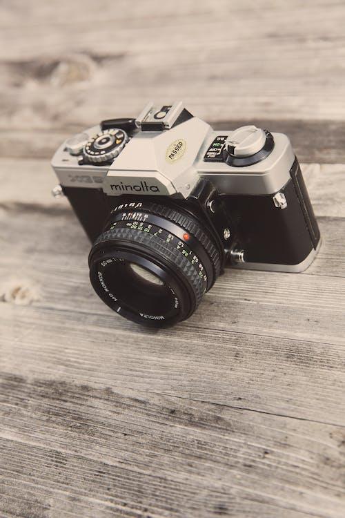 Foto stok gratis kamera, kamera analog, lensa, meja kayu