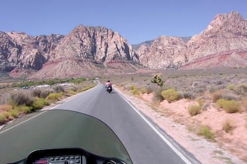 Kostenloses Stock Foto zu berge, motorrad, reiten