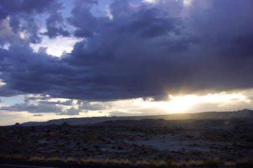 Gratis arkivbilde med fjell, ørken, skinne, skyer