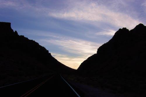 Gratis arkivbilde med fjell, kveld, solnedgang, vei