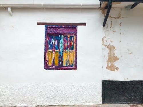 Geschlossenes Mehrfarbiges Holzfenster